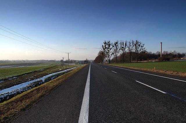 linie na drodze