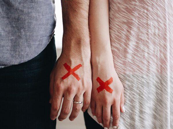 Para z czerwonymi krzyżykami