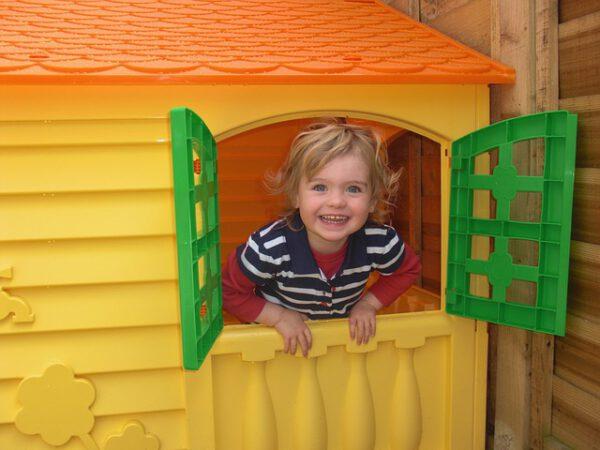 Mała dziewczynka w domku