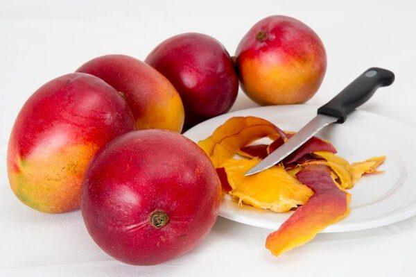 Owoce mango z nożem