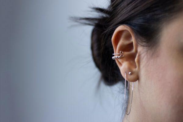 Przekłuwanie uszu samemu czy w salonach? Co korzystniejsze?
